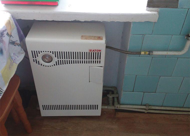 Парапетный газовый котел на кухне