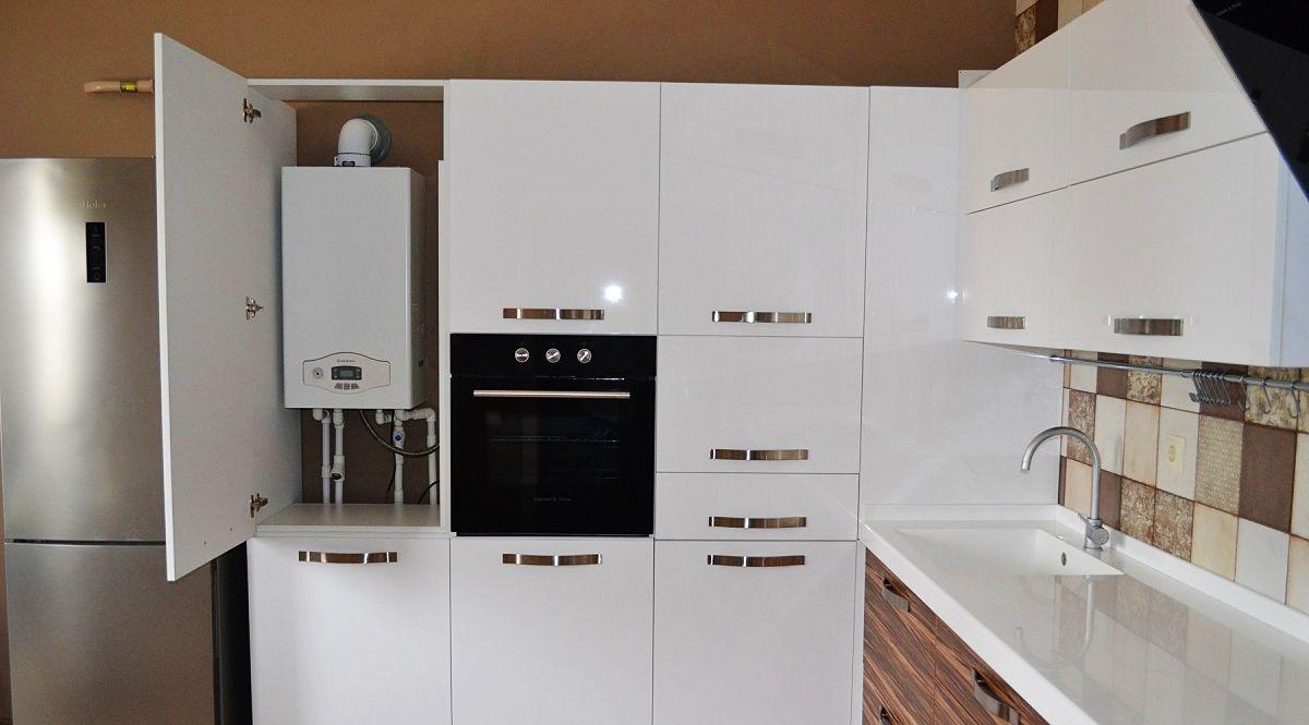 Газовый котел на кухне в шкафу