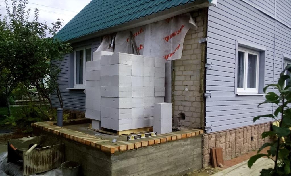 пристроить к деревянному дому пристройку из пеноблоков