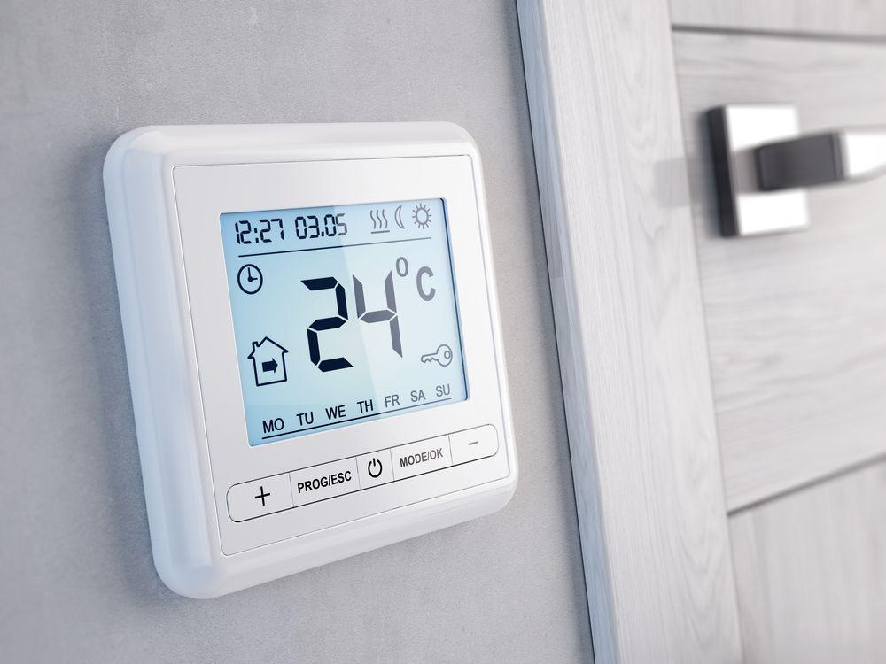Комнатный термостат котла в интерьере дома