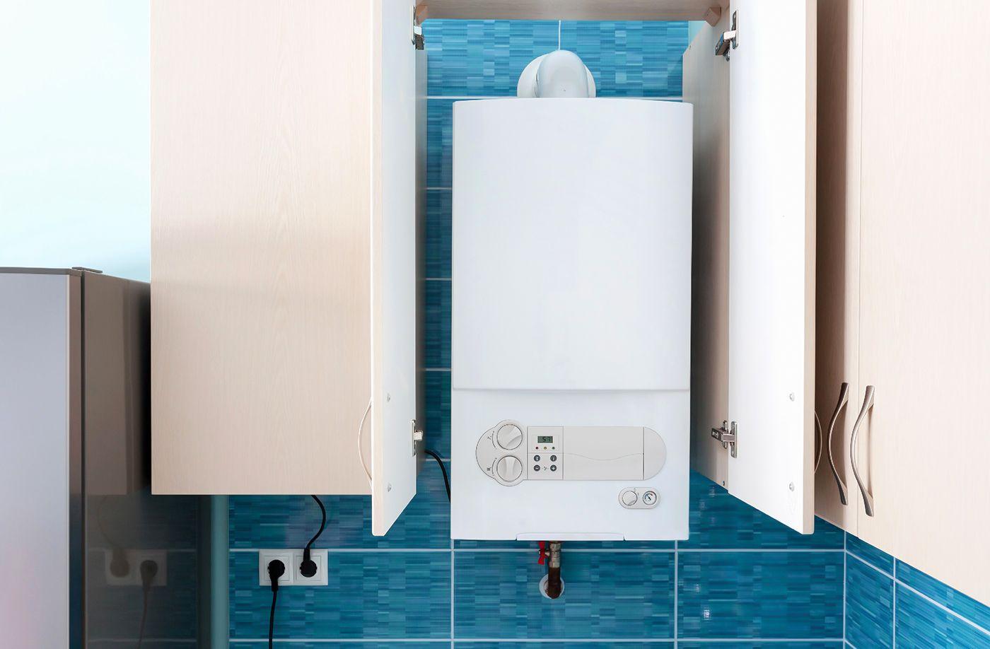 Газовый настенный котел на кухне частного дома